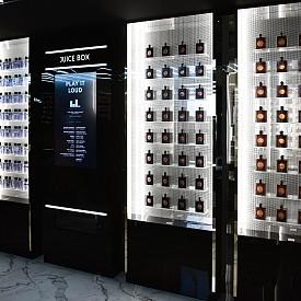 В YSL Beauty Bar има Juice Box, от който всеки може да си избере музика.