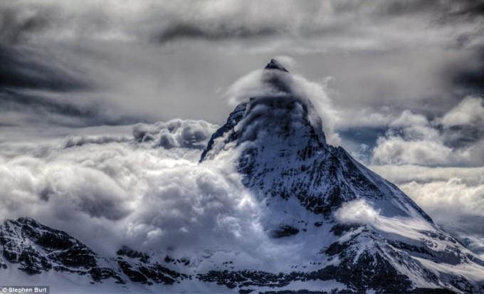 Облаци около връх Матерхорн в Швейцарските Алпи, 26 май...