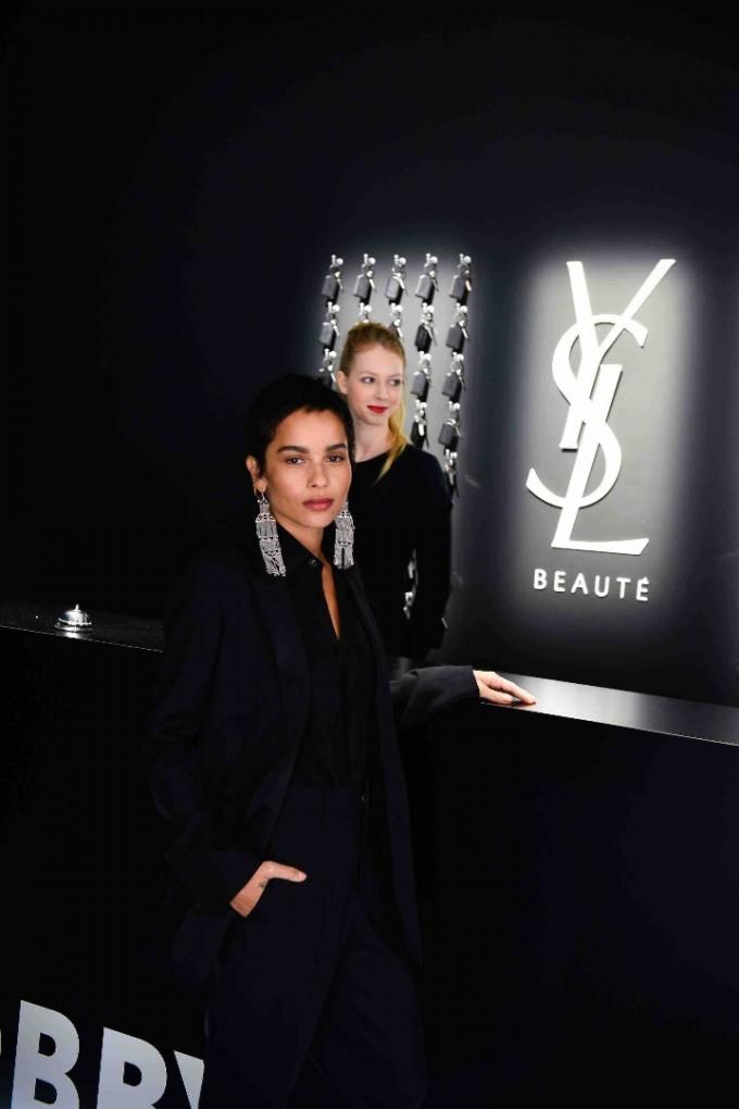 Зоуи Кравиц на лоби бара на YSL Beauty Hotel